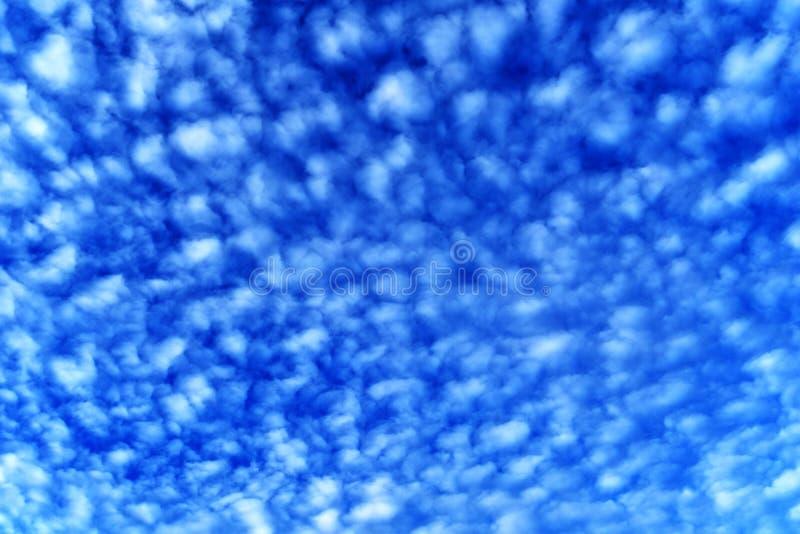 Weißes bewölktes auf blauem Himmel für Hintergrund lizenzfreie stockbilder