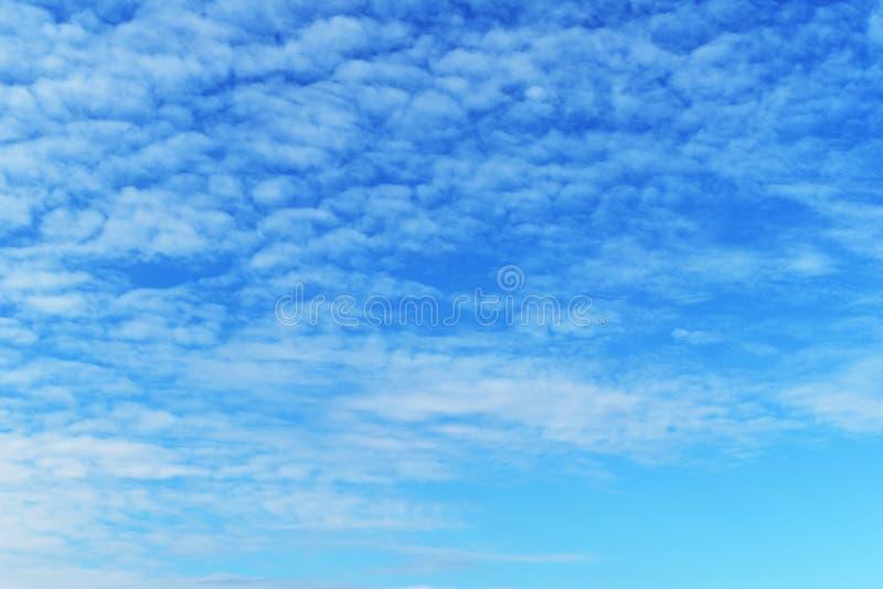 Weißes bewölktes auf blauem Himmel für Hintergrund lizenzfreies stockfoto