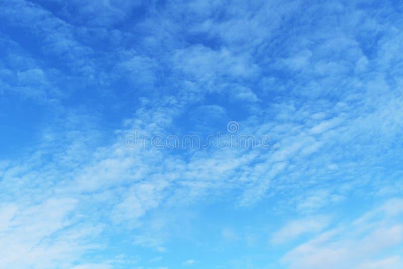 Weißes bewölktes auf blauem Himmel für Hintergrund stockfotografie