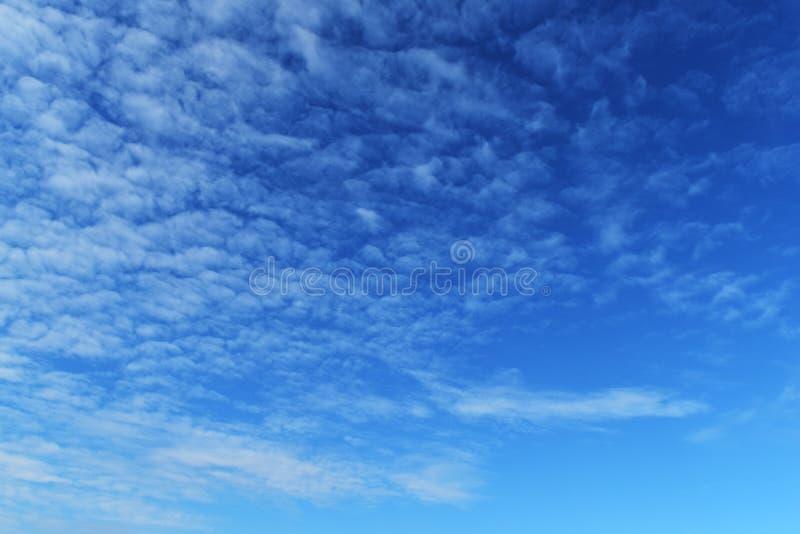 Weißes bewölktes auf blauem Himmel für Hintergrund lizenzfreies stockbild