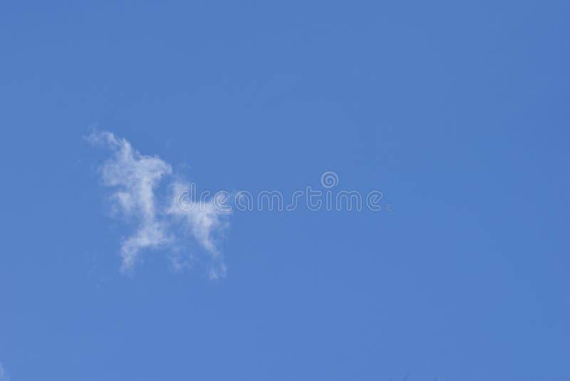 Weißes bewölktes auf blauem Himmel für Hintergrund stockbild