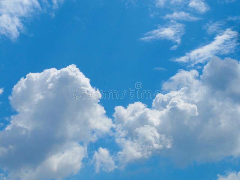 Weißes bewölktes auf blauem Himmel mit angemessenem Licht als Hintergrund oder Tapete, blauer Himmel der schönen Naturansicht mit stockfotos