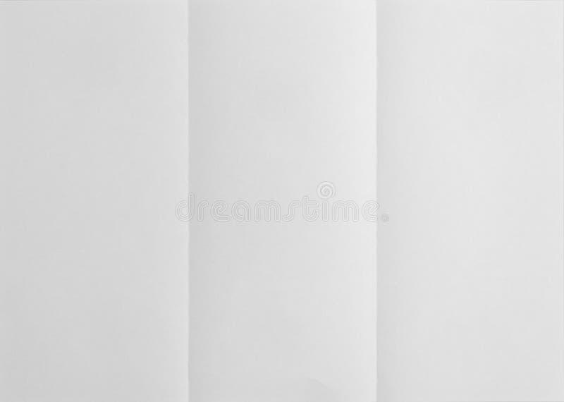 Weißes Blatt Papier gefaltet in drei stockfoto