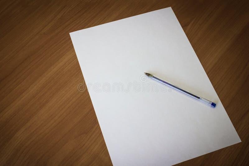 Weißes Blatt und Stift stockbild