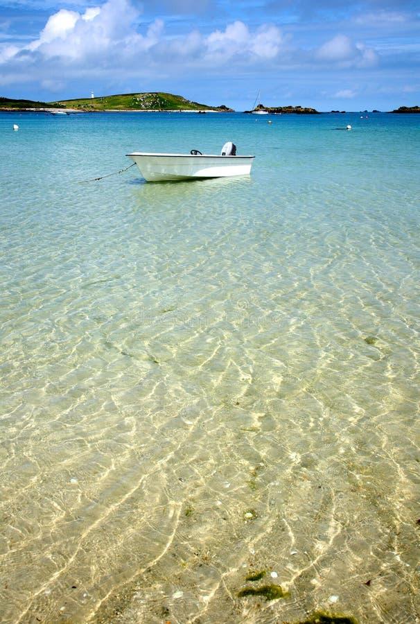 Weißes Boot auf freiem Meer. stockfotos