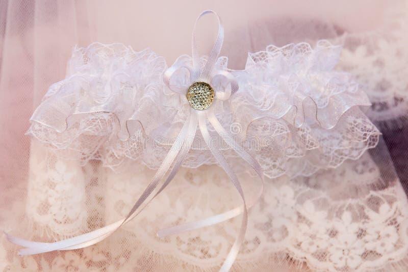 Weißes Brautstrumpfband der schönen Hochzeit Glückliche Paare in der Weinlesekleidung lizenzfreie stockbilder