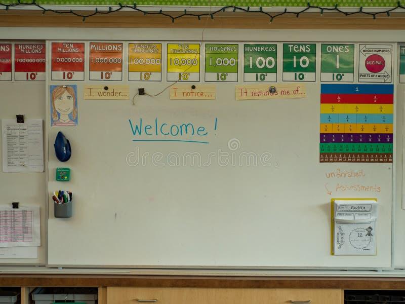 Weißes Brett des Grundschuleklassenzimmers mit dem Willkommen geschrieben lizenzfreie stockfotos