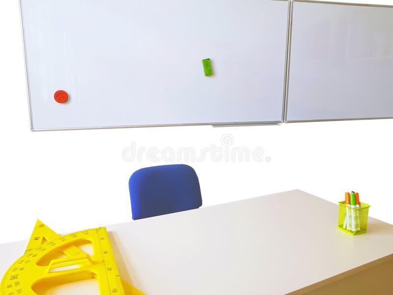 Weißes Brett und Lehrerschreibtisch lizenzfreie stockfotografie