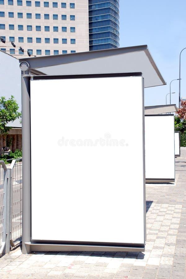 Weißes Bushaltestelle Zeichen lizenzfreie stockfotos