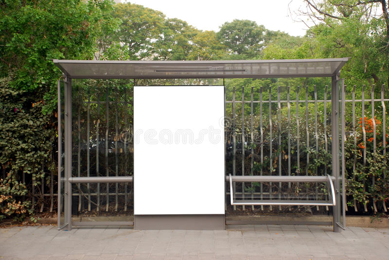 Weißes Bushaltestelle Zeichen stockfoto