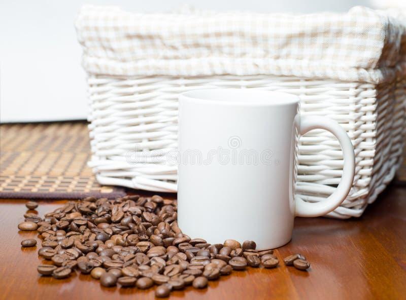 Weißes Cup und Kaffeebohnen stockbilder