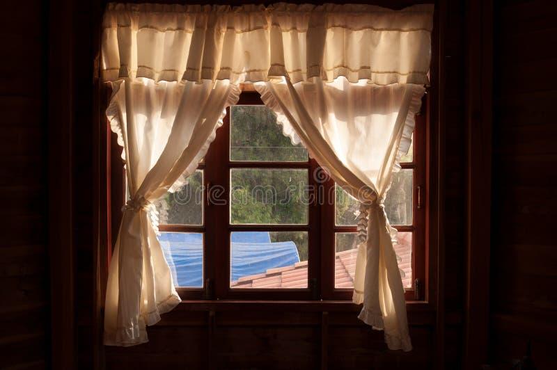 Weißes curtainson hölzerner Fensterrahmen lizenzfreie stockbilder