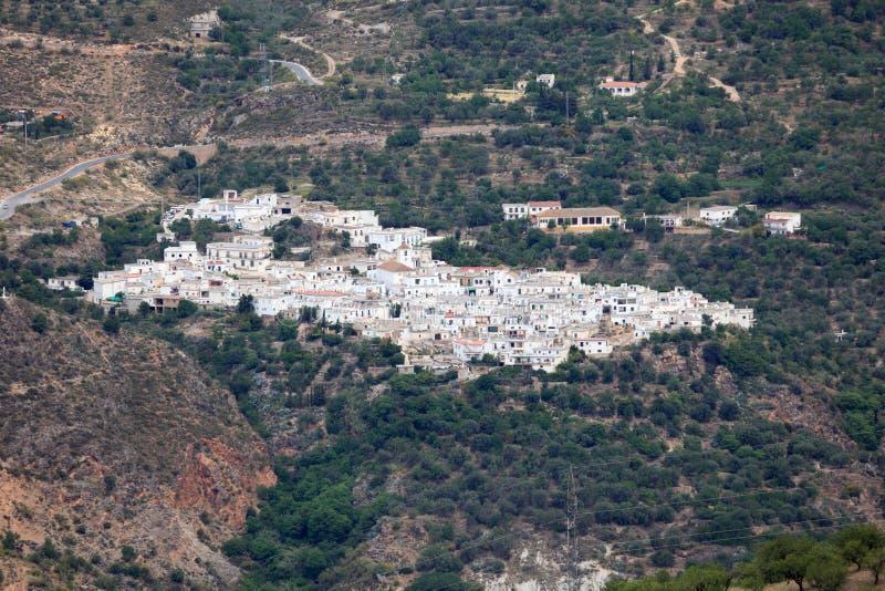 Weißes Dorf in den Bergen. Spanien stockbild