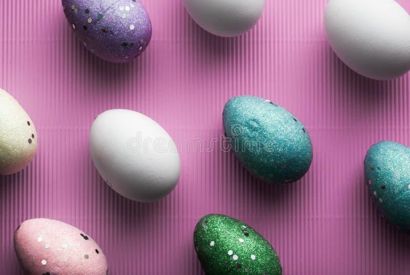 Weißes Ei auf einem purpurroten Hintergrundpastell lizenzfreie stockbilder