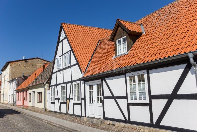 Weißes Fachwerk- Haus in der alten Stadt von Grimmen stockbilder