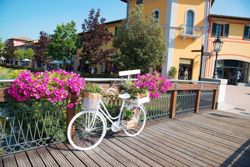 Weißes Fahrrad auf der Brücke Stadt von Barberino, Italien stockfotos