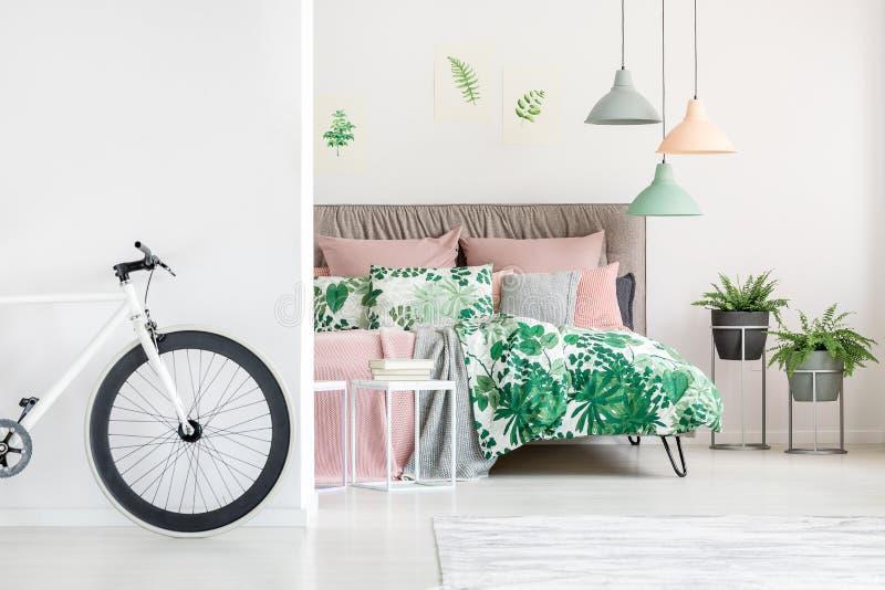 Weißes Fahrrad im Blumenschlafzimmer lizenzfreie stockbilder