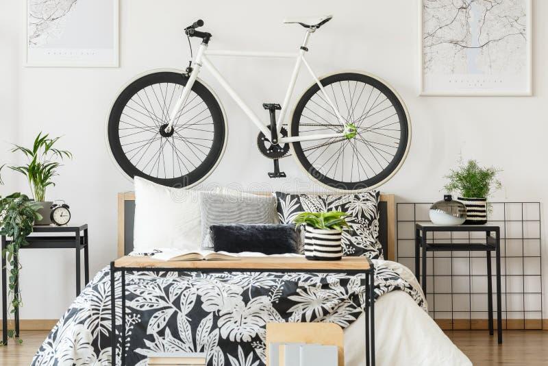 Weißes Fahrrad in Jugendlicher ` s Schlafzimmer stockfotografie