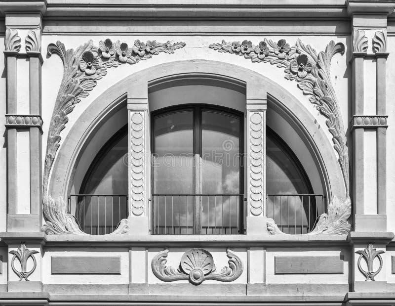 Weißes Fenster des Halbrundes gekreuzt durch verzierte Spalten lizenzfreie stockbilder