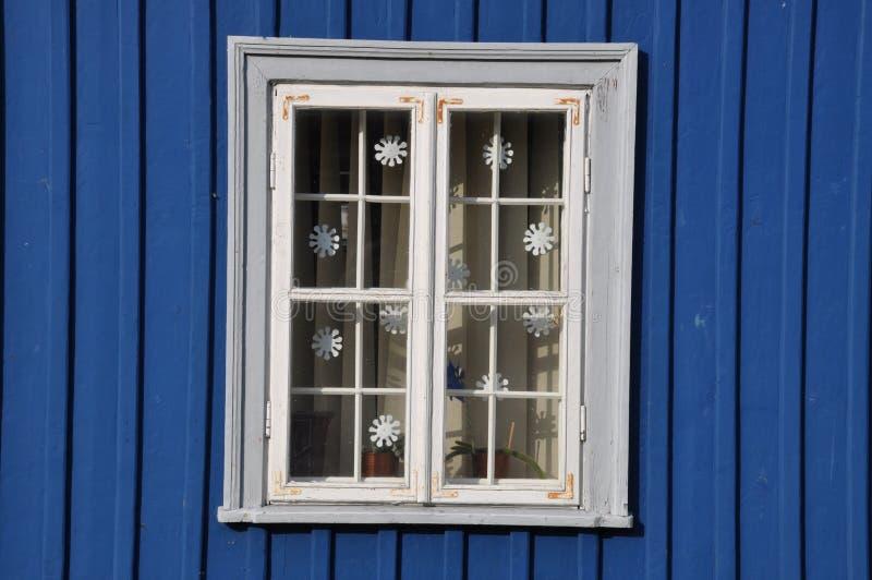 Weißes Fenster und blaue Wand lizenzfreie stockfotos