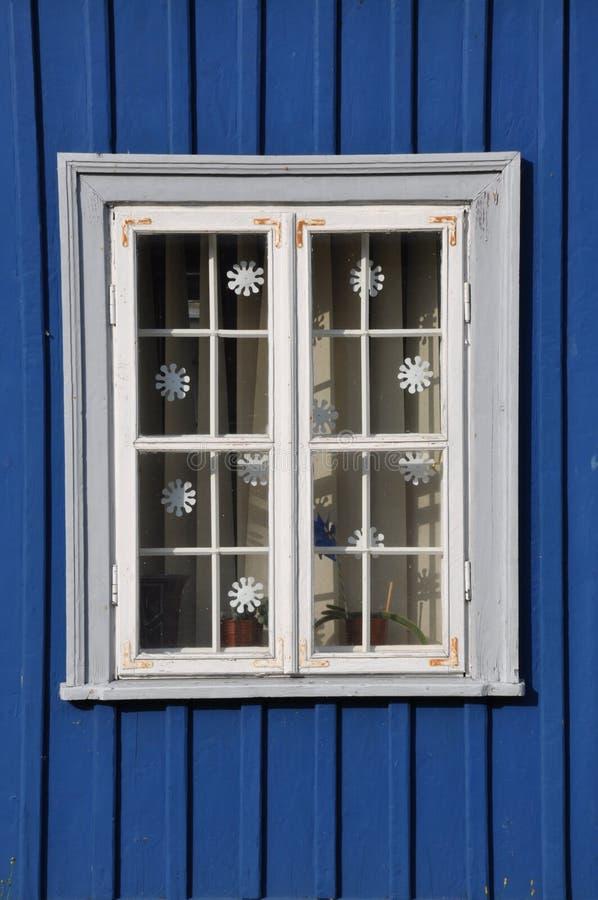 Weißes Fenster und blaue Wand stockfotografie