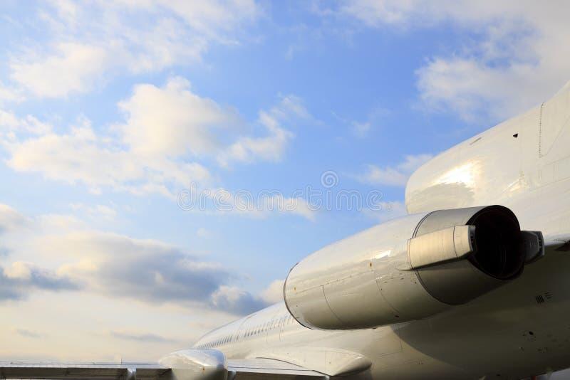Weißes Fluggastflugzeug stockfoto