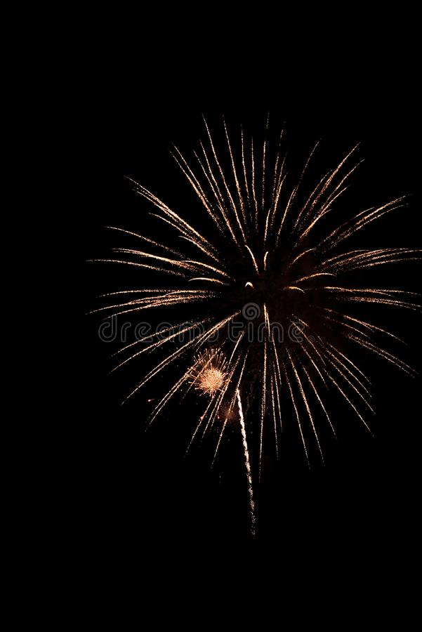 Weißes funkelndes Feuerwerk gegen schwarzen Himmel stockfotografie