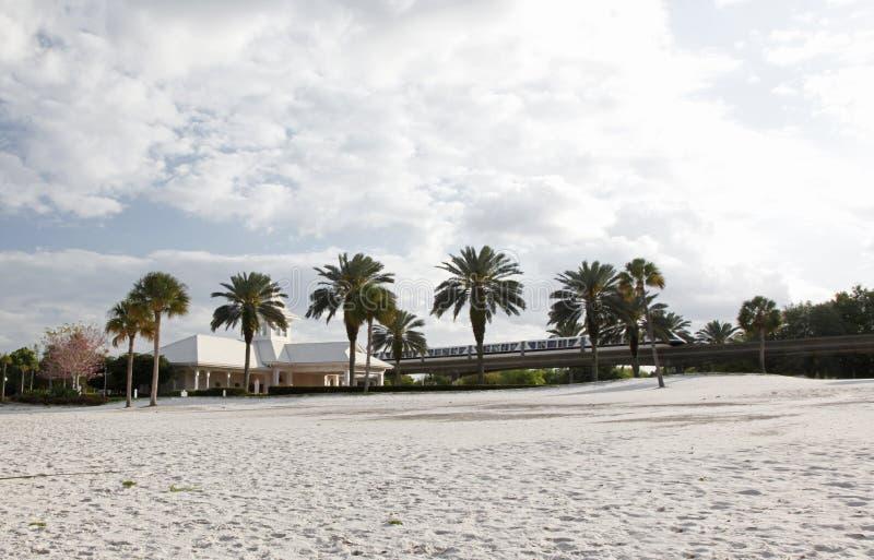 Weißes Gebäude bei Disneyword mit Einschienenbahn stockfotografie