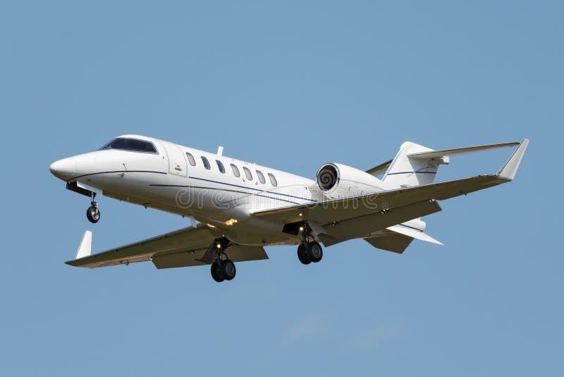 Weißes Geschäftsjet-Flugzeug stockfotos