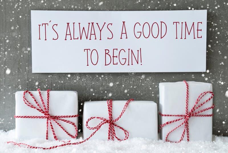 Weißes Geschenk mit Schneeflocken, zitieren immer gute Zeit anfangen stockbild