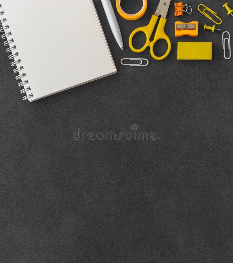 Weißes gewundenes Papiernotizbuch des freien Raumes mit Scheren, Papierbüschel, Büroklammern, Stoßstiften, Stift, Bleistiftsp stockfotografie