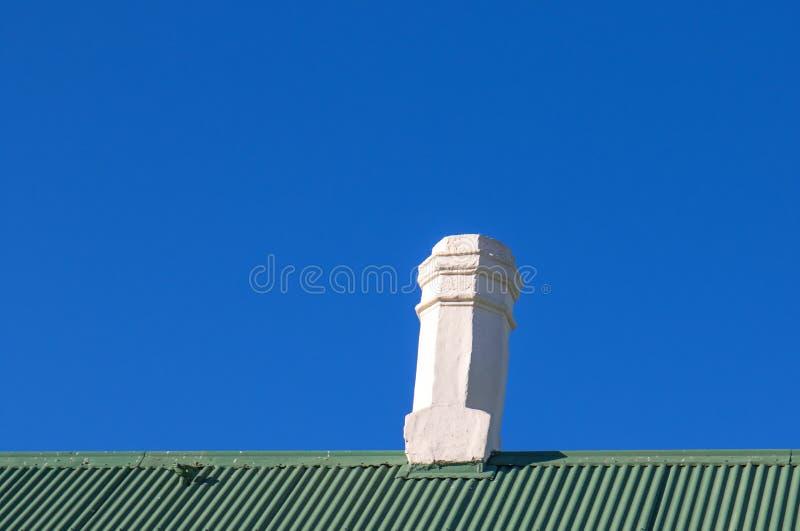 Weißes Gründach des blauen Himmels des Kamins stockfotografie