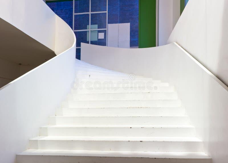 Weißes großes Treppenhaus stockfoto