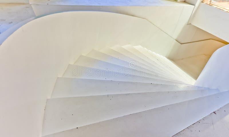 Weißes großes Treppenhaus stockbild