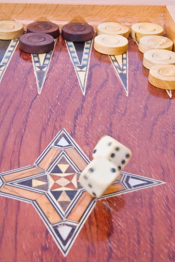 Weißes großes würfelt das Fallen auf hölzernen Backgammonvorstand stockbilder