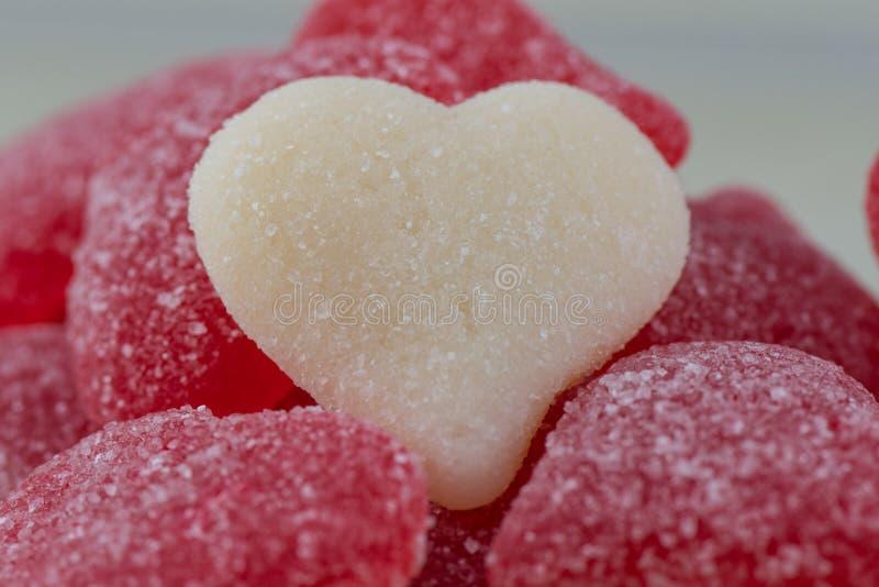 Weißes gummiartiges Herz des Stapels der roten gummiartigen Herzen stockbild