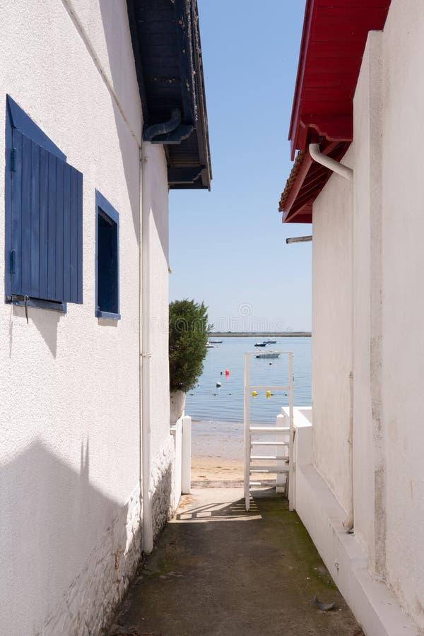 Weißes hölzernes Haus des Austerndorfs in Arcachon-Bucht in Frankreich lizenzfreies stockfoto