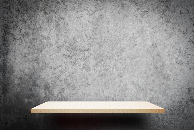 Weißes hölzernes Regal auf grauem Wandhintergrund für Produktanzeige lizenzfreies stockbild