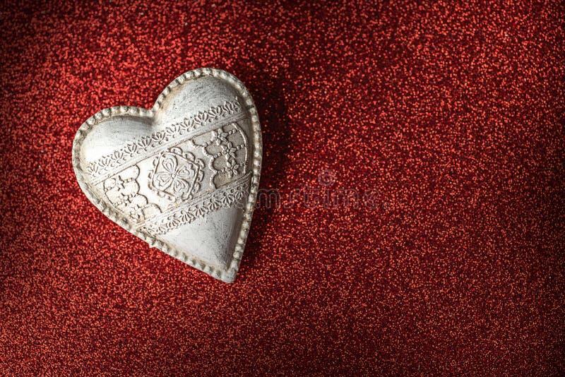 Weißes hölzernes Valentinsgrußherz auf rotem Hintergrund, Valentinsgrußtag oder feiern Liebe lizenzfreie stockfotos