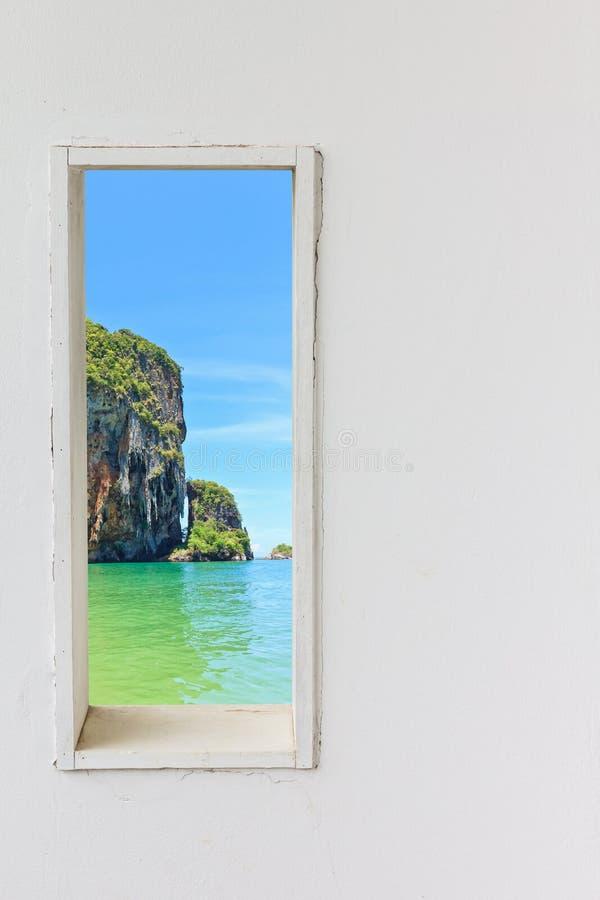 Weißes hölzernes Wandfenster mit Seestrandansicht stockfoto