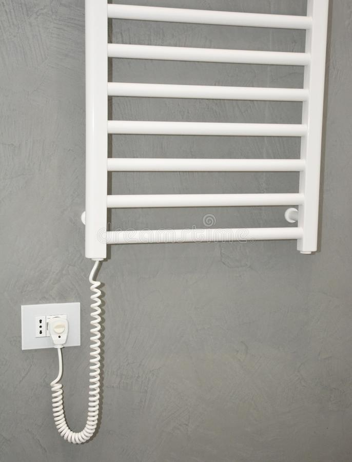 Weißes Handtuchheizgerät Thermostatische elektrische Handtuchbahn für Badezimmer stockfotografie