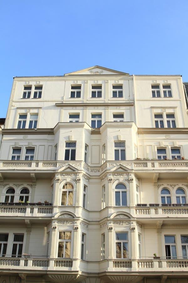 Weißes Haus mit Balkonen lizenzfreie stockbilder