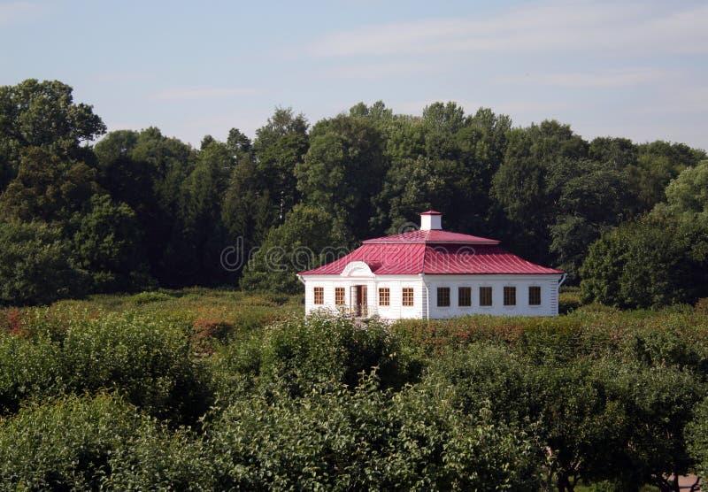 Wei es haus mit rotem dach stockfoto bild von europ isch for Modernes haus mit rotem dach