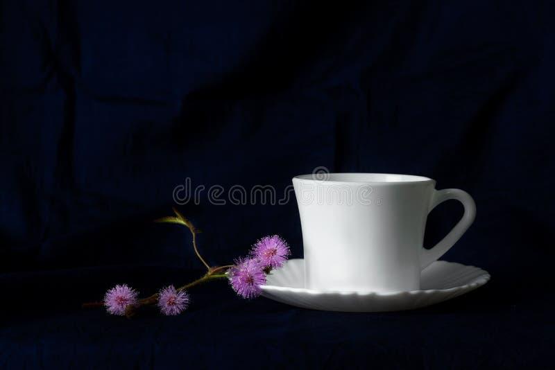 Weißes heißes Getränk des Tasse Kaffees oder des Tees morgens mit purpurrotem klassischem barockem Stillleben der wilden Blume de lizenzfreie stockfotografie