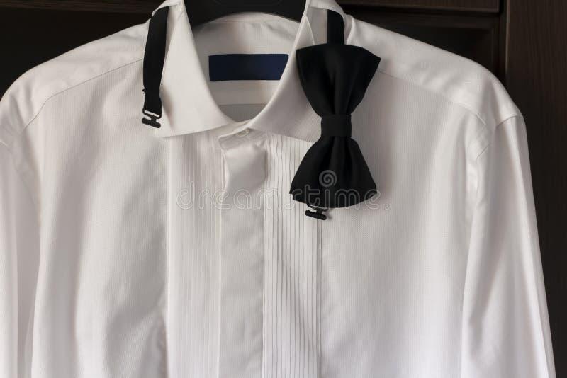 Weißes Hemd mit schwarzer Fliege stockbilder