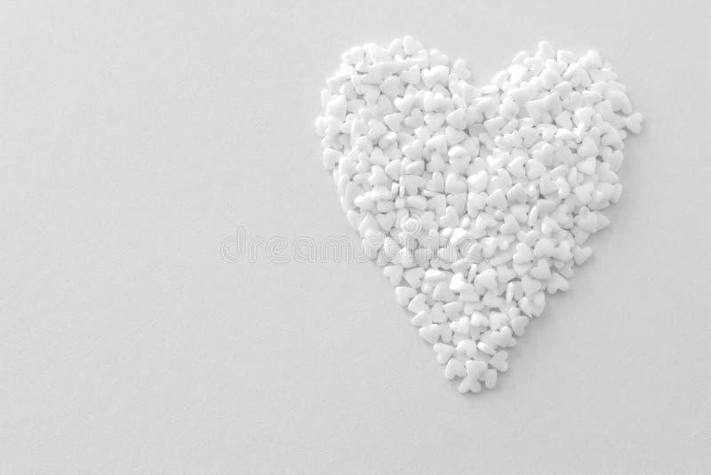 Weißes Herz auf einem purpurroten Papphintergrund stockfotografie