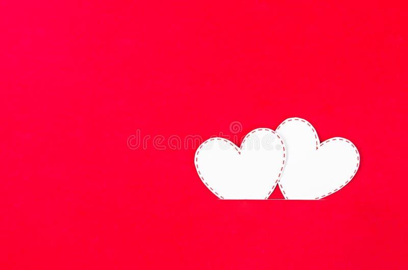 Wei?es Herzpapier auf Rot lizenzfreies stockbild