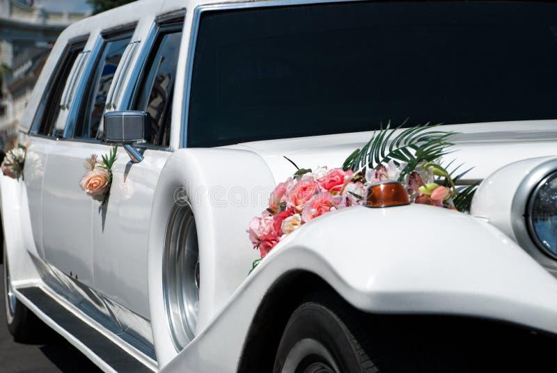 Weißes Hochzeitsauto mit Blumen stockfotos