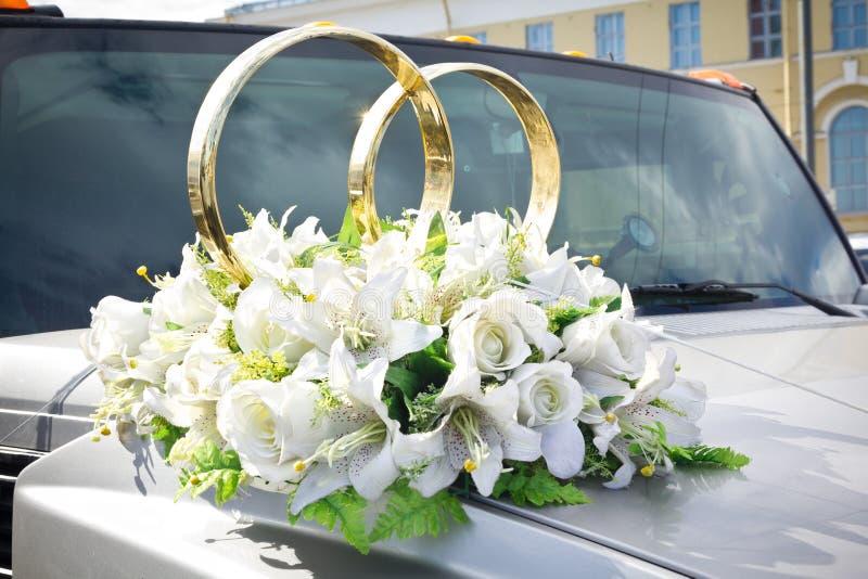 Weißes Hochzeitsauto verziert mit Blumen stockfotos