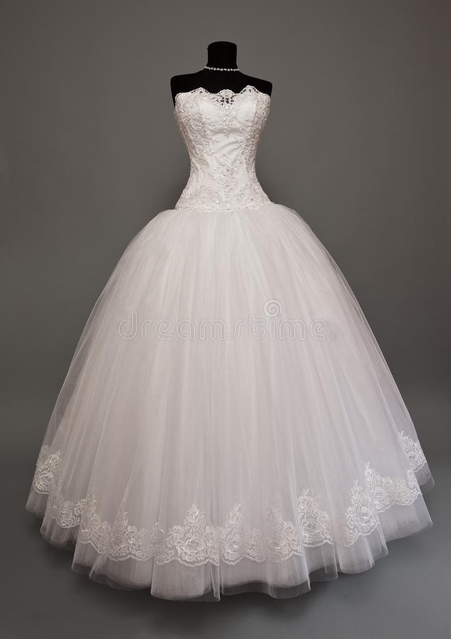 Weißes Hochzeitskleid auf einem Mannequin stockbild